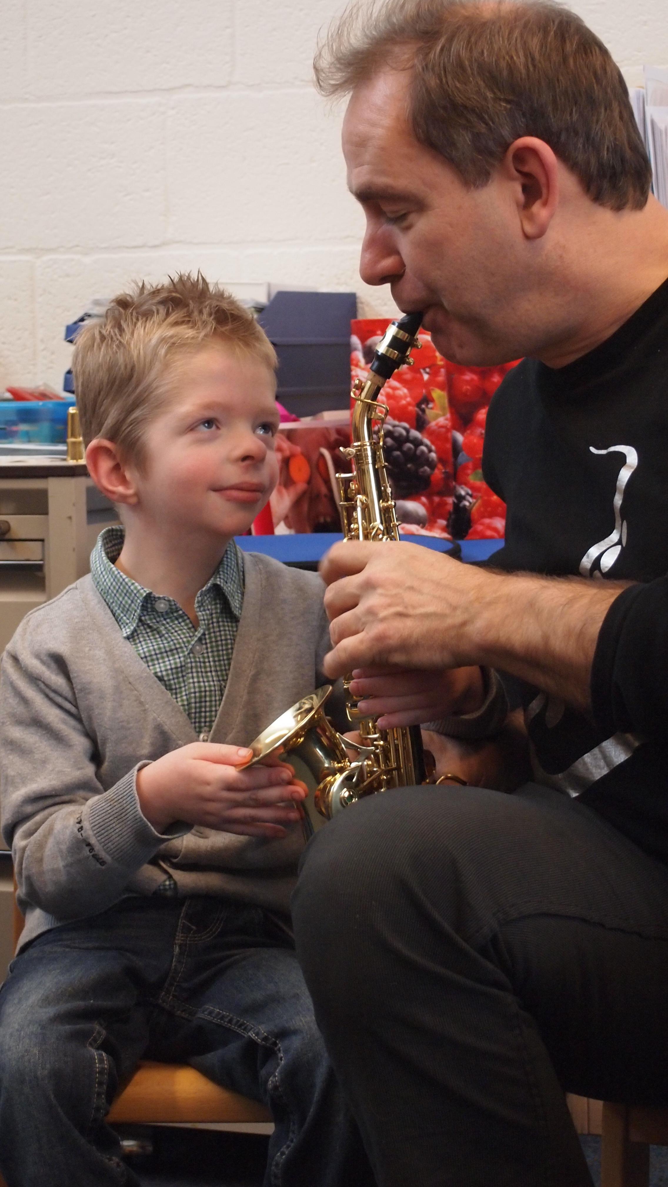 Leerling voelt de trilling van het instrument en raakt geboeid.