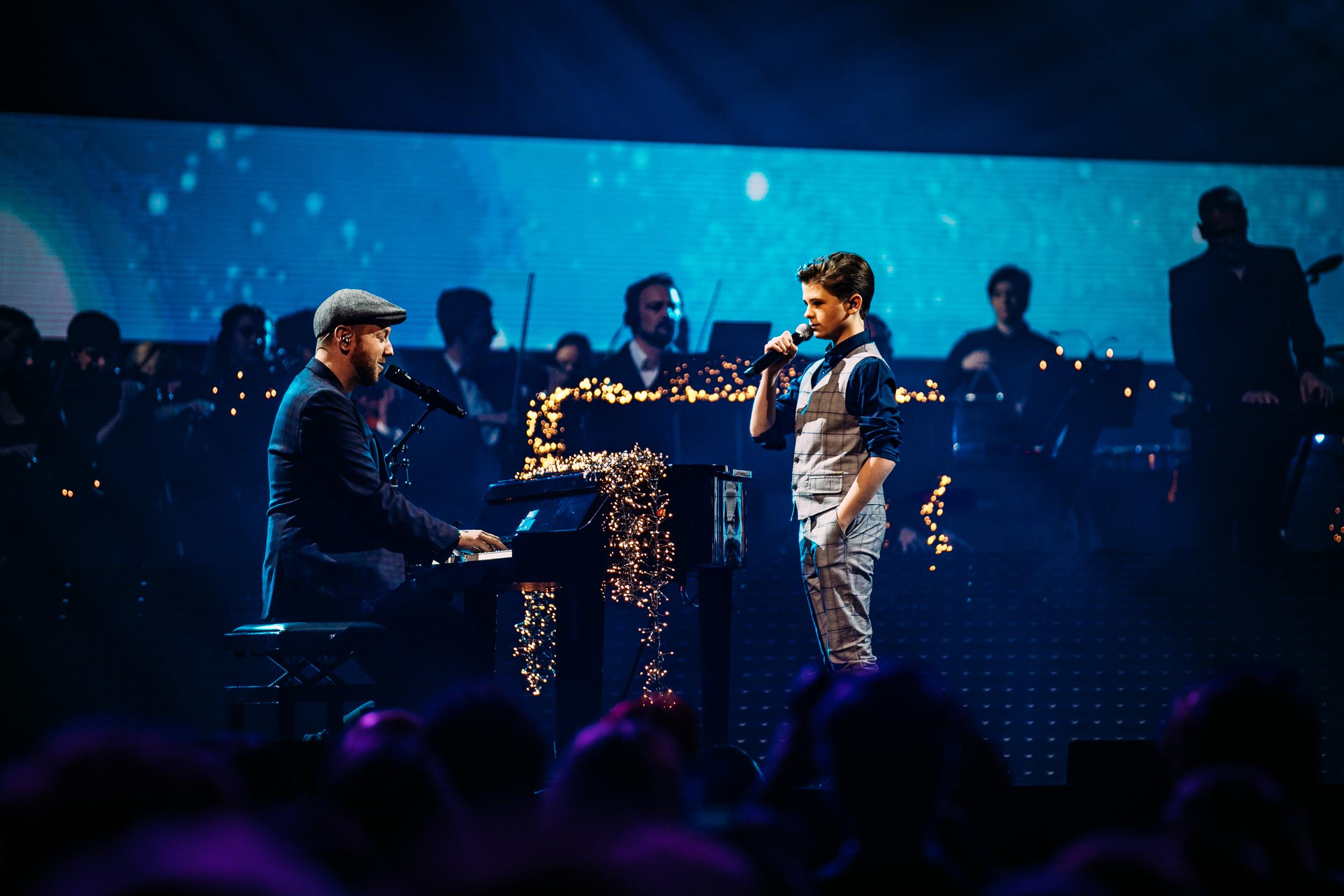 Matt Simon met een van de talentvolle deelnemers aan het Kerst Muziekgala van 2018. Foto Nathan Reinds, SetVexy