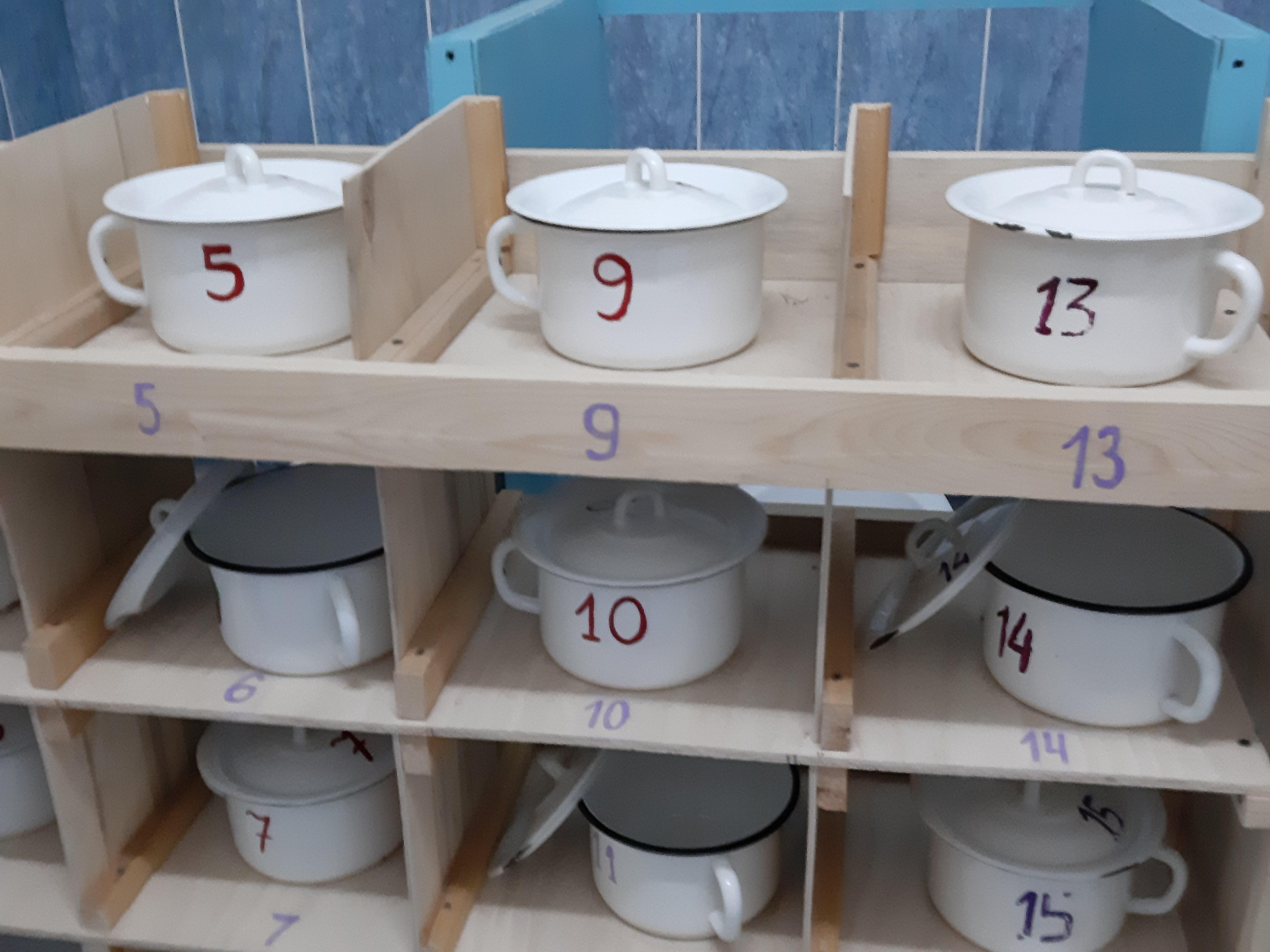Foto van kastje met toiletpotjes van kinderen van een kdv in Sottintsy
