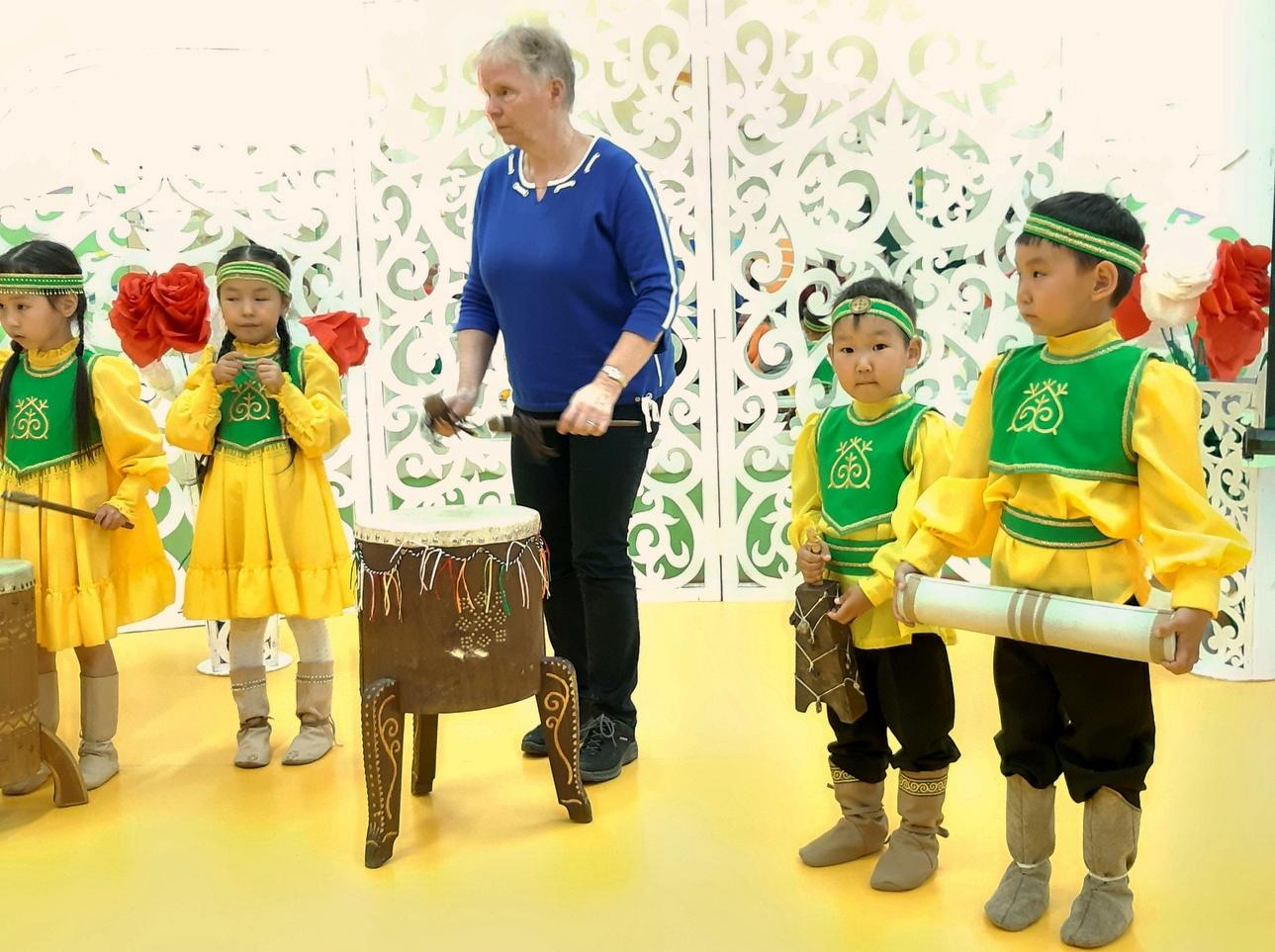 Foto van Margré van Gestel. Zij speelt mee met kinderen in Sottintsy