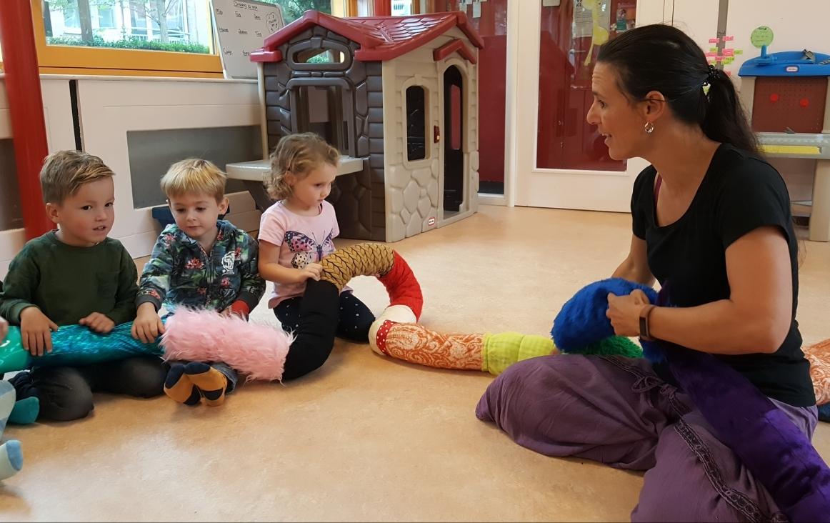Félice van der Sande in haar groep met de sensorische slang