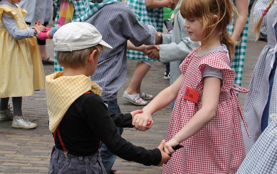 Foto van twee kinderen bij het zangspel 'Twee emmertjes water halen'. Foto Dorien Schot