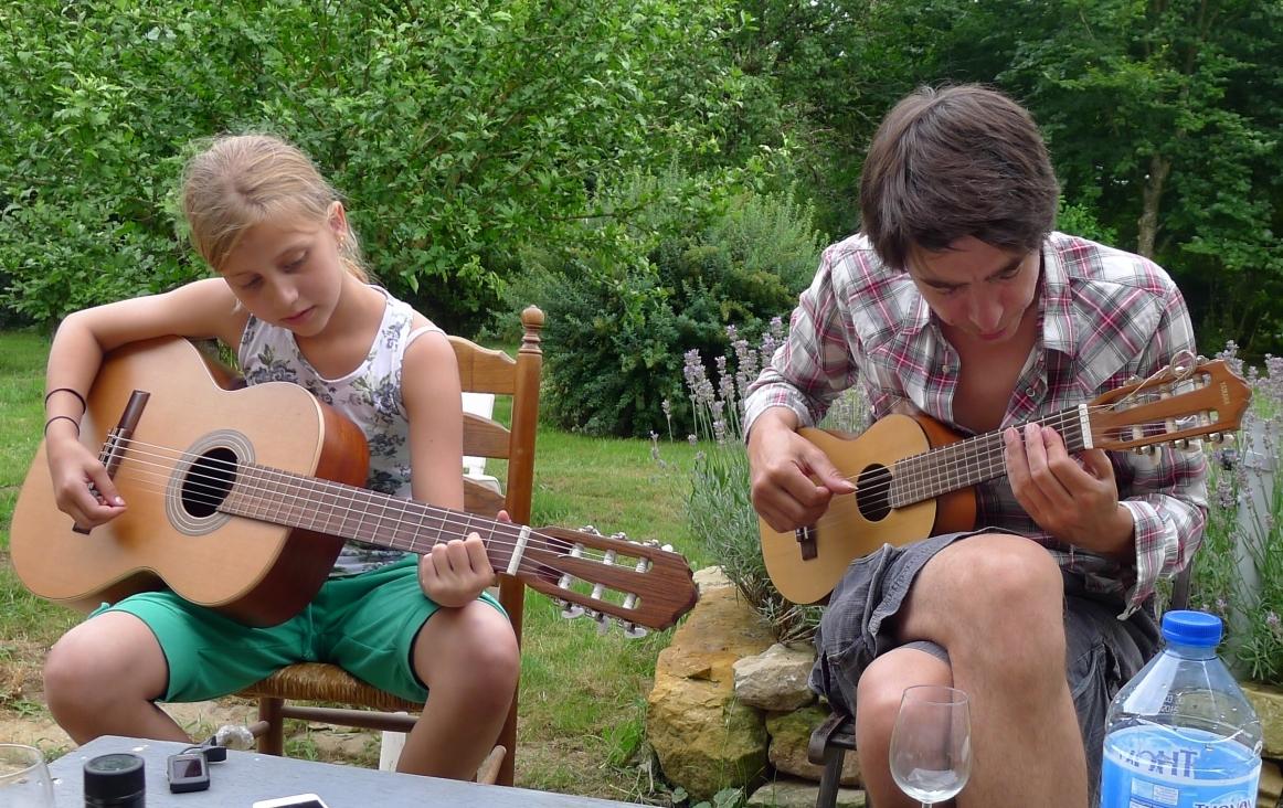 foto van Bart van de Lisdonk(r), die 'Hey Joe' instudeert met zijn nichtje