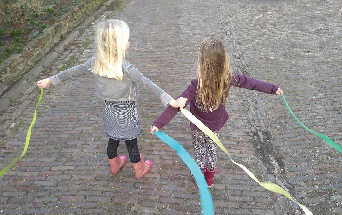 Kinderen wapperen met linten om de beweging van water na te doen. Foto Dieuwke Kloppenburg