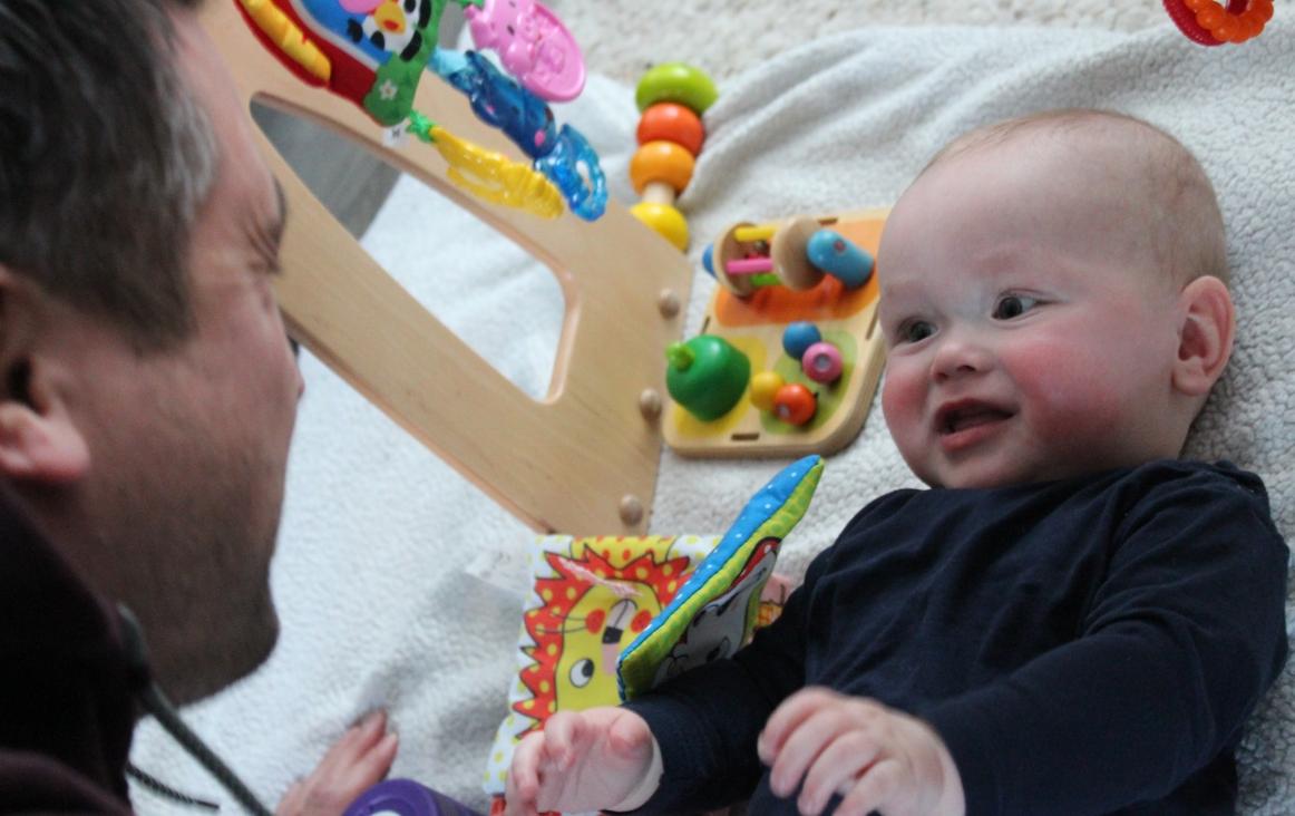 Baby kijkt naar papa. Foto Margré van Gestel