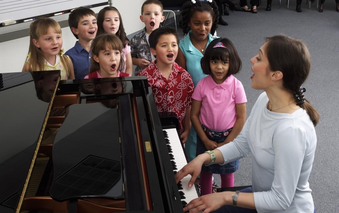 Zingen met de juf tijdens Engels en muziekles