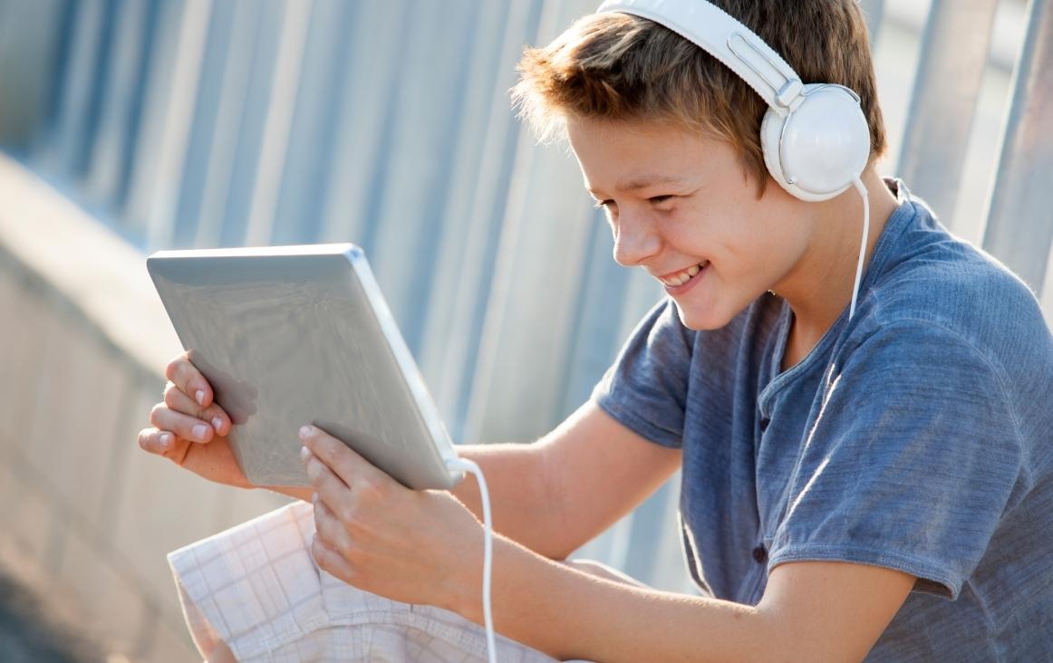 Jongen achter de laptop. Componeren is niet moeilijk met het online programma 'Ableton Live'. Foto Shutterstock