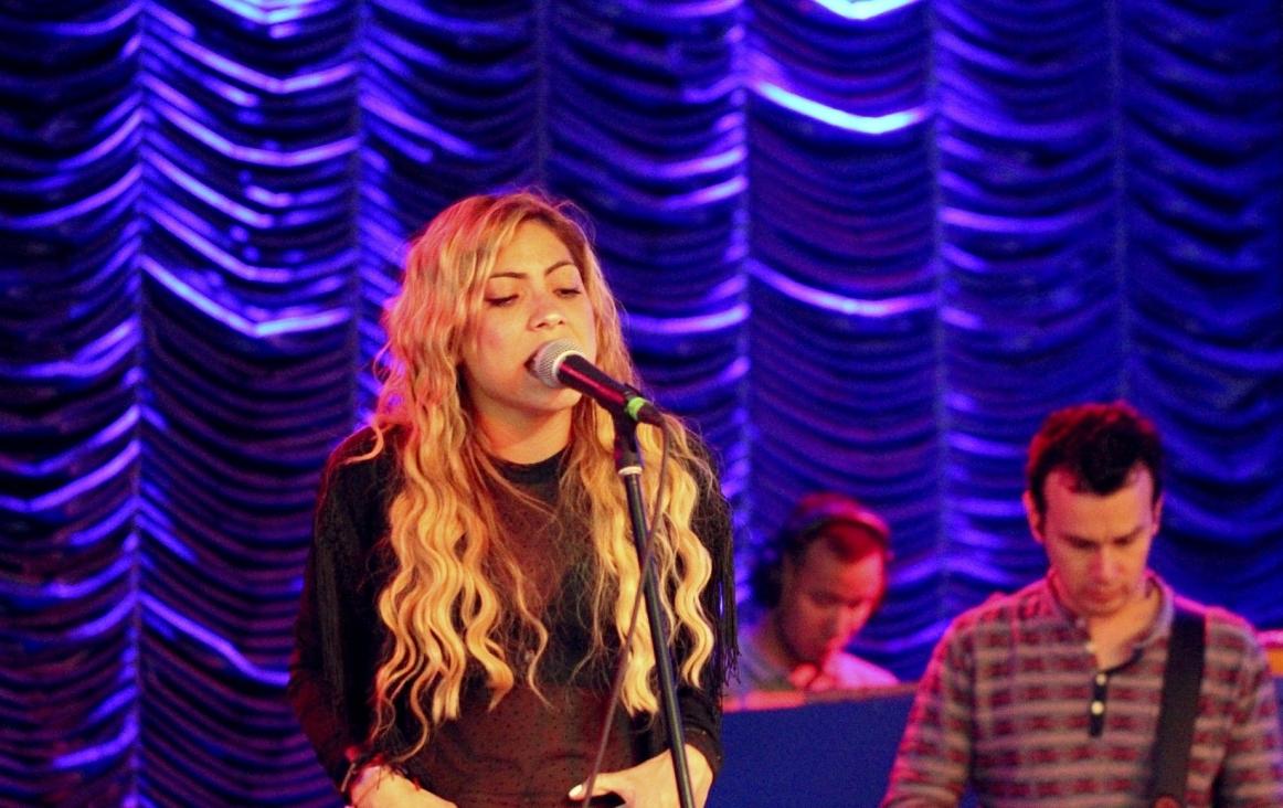 Shakira zong ook de tekst Zangalewa in haar song 'Waka waka'. Hier is ze te zien terwijl ze een andere song uitvoert.