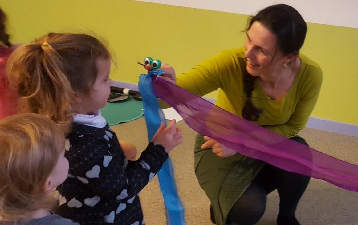 Félice van der Sande met sjaaltje met vingeroogjes aan het werk in haar les