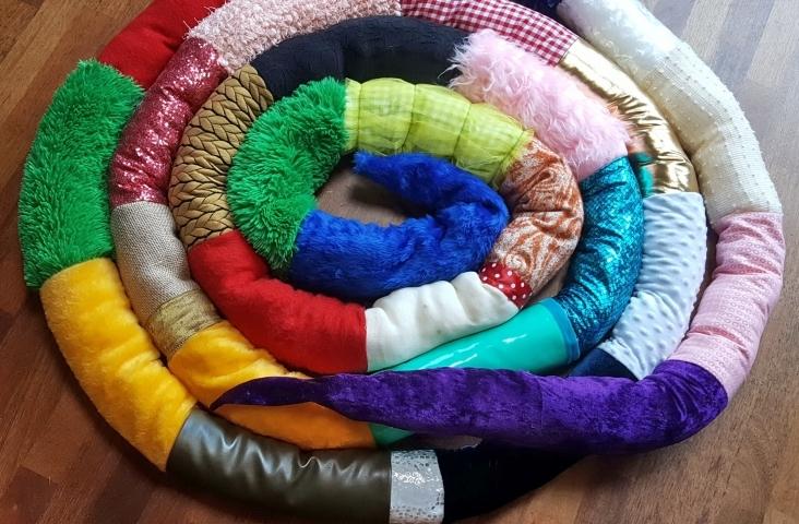 De sensorische slang, gemaakt van lapjes stof, elastiek en vulling