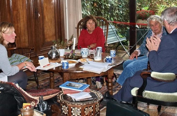 Eefje Jansen (l) in gesprek met Lisa en Florrie Gehrels. Jan de Vuijst is buiten beeld. Foto: Tineke Vlaming, 2010