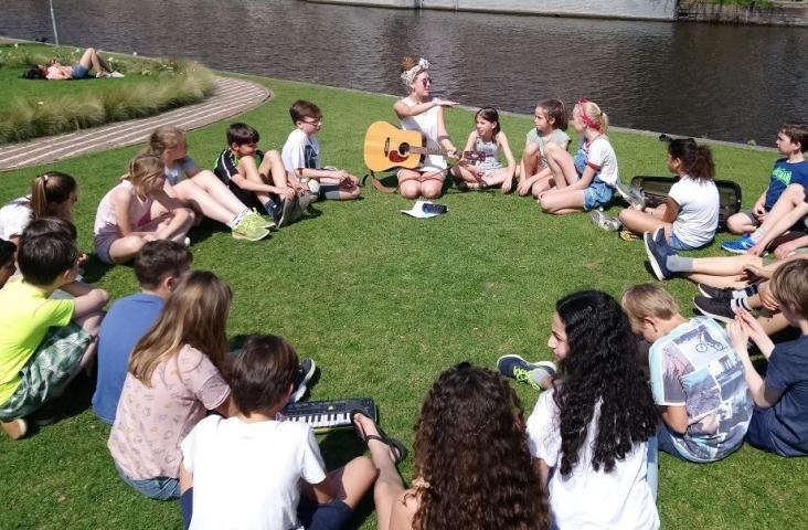 Emilie La Haye geeft buiten les