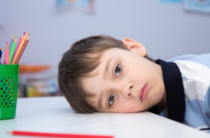 Balende jonge scholier. Foto Shutterstock