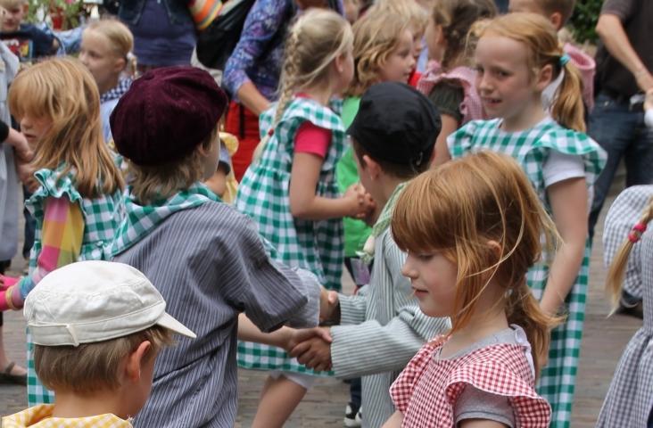 Kinderen bij het zangspel 'Twee emmertjes water halen'. Foto Dorien Schot