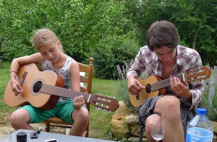 Bart van de Lisdonk (r) studeert 'Hey Joe' in met zijn nichtje.