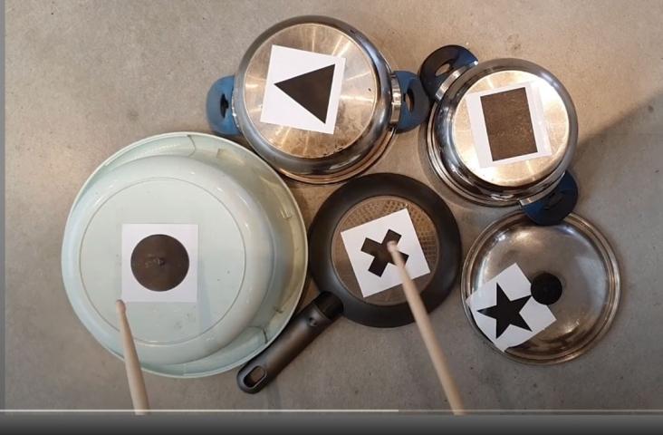 Potten-en-pannendrumstel. Beeld uit meespeelvideo van Mirriam Roodbeen en Janneke Saris