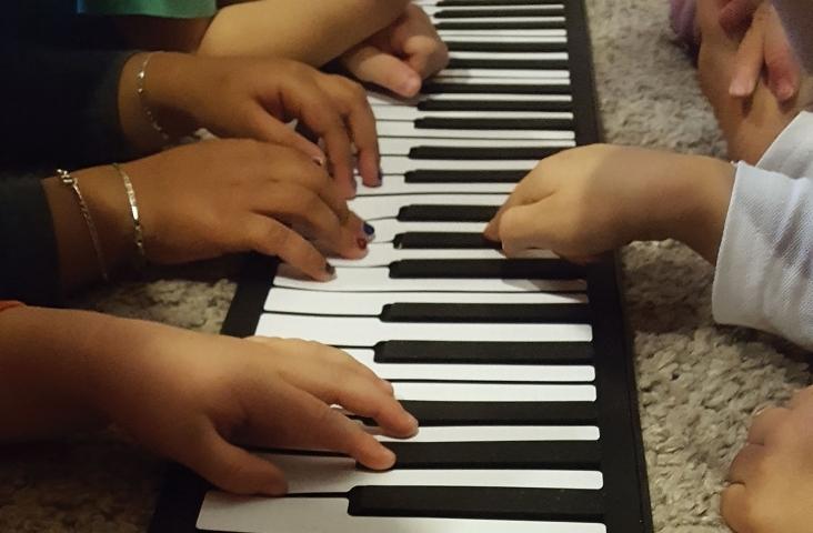 Diversiteit. Kinderhanden op het toetsenbord. Foto Félice van der Sanden