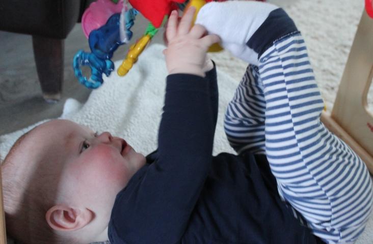 Baby pakt voetjes. Foto Margré van Gestel