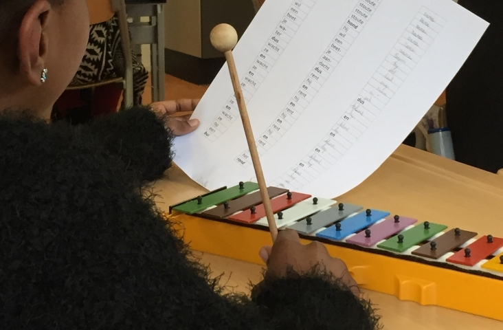 Foto van een les kunst-taalroutines met taal en muziek. Foto Lineke Leemans