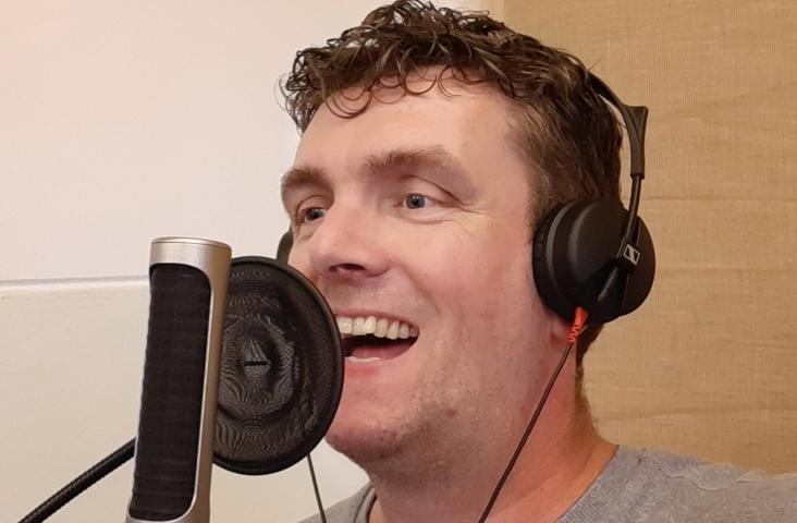Jeroen Schipper. Jeroen is muziekdocent en liedjesschrijver