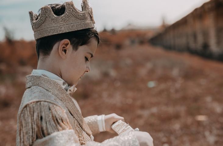 Kind met koninklijke outfit. Foto: R. Fera (Skopje) Bron: Pexels