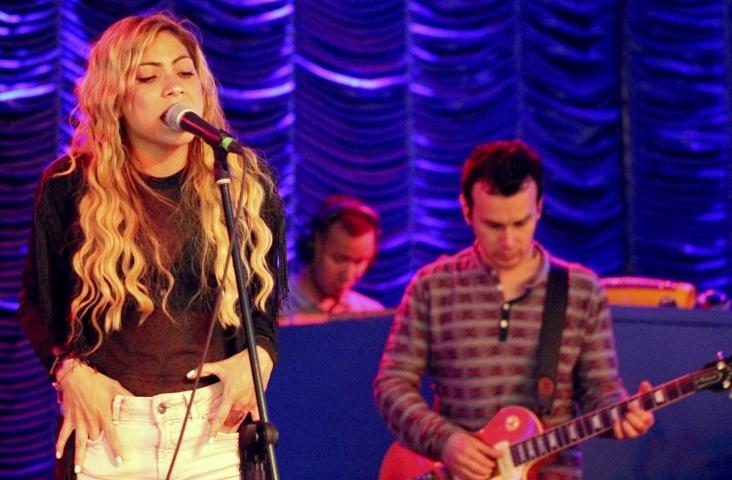 Shakira zong ook de tekst Zangalewa in haar song 'Waka waka'. Hier zingt ze een andere song. Foto Alejoturola, bron Pixabay