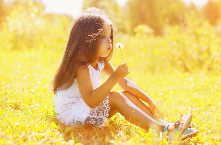 Meisje flierefluitend aan het bellenblazen. Foto Shutterstock 205746631